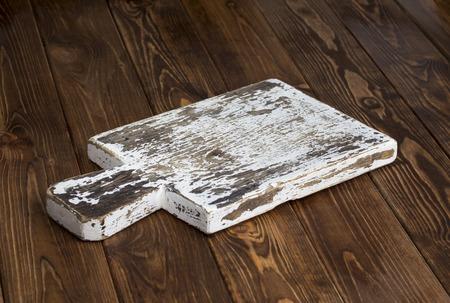 fondo oscuro para el montaje del producto. tabla de cortar de madera vieja con el mantel y el fondo negro