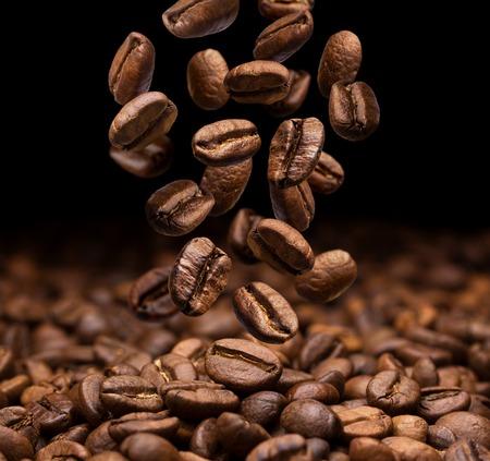 어두운 배경에 떨어지는 커피 콩, 근접 스톡 콘텐츠