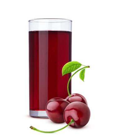 Vaso de jugo de cereza y bayas frescas aislado sobre fondo blanco.