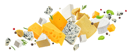 Surtido de quesos aislado sobre fondo blanco.