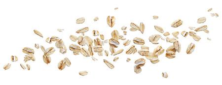 Flocons d'avoine volants isolés sur fond blanc avec un tracé de détourage