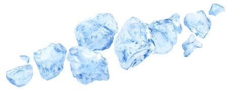 Caída de trozos de hielo, montón de hielo picado aislado sobre fondo blanco. Foto de archivo