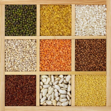Groats in square wooden box, collection of cereals, beans and seeds, top view Banque d'images