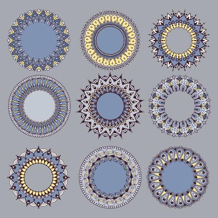Set van negen cirkelvormige bloemenornamenten. Rond patroon Mandala in lichte kleuren. Kan worden gebruikt voor de wenskaarten, uitnodiging, sjabloon frame ontwerp voor zakelijke stijl, kaarten of anders. Vector illustratie