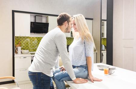 Schönes junges Paar in der Küche von Angesicht zu Angesicht.