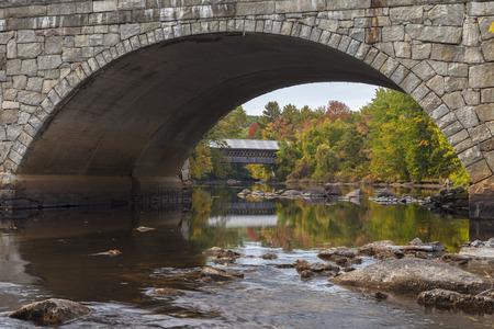 arcos de piedra: Mirando bajo uno de los arcos de piedra del puente Dean Proctor Edna en Henniker New Hampshire. Foto de archivo