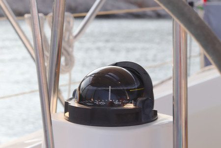 Compass in the cockpit of a sailing yacht cruise. Wind rose and determine the direction of motion relative to the magnetic poles of the earth. Deviation of measuring devices. The course of the vessel Banque d'images