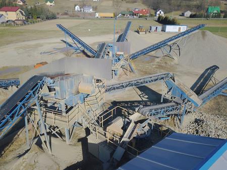 Éléments d'équipement pour l'extraction et le tri des gravats. Production de matériaux de construction. Construction métallique pour le travail de la pierre et des roches. Scories de gravier sous la bande transporteuse.