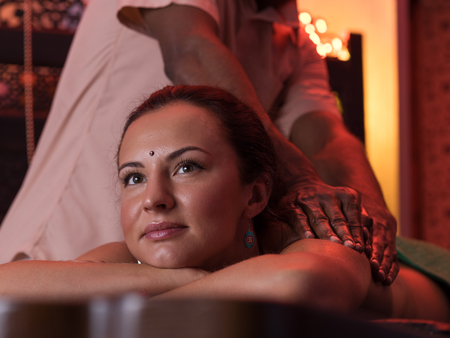 Young woman having oil ayurveda spa treatment, close-up Standard-Bild