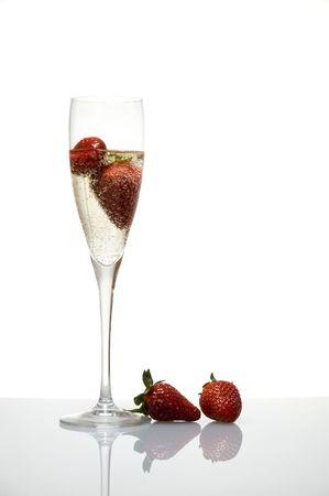 champagne glazen met aardbei geïsoleerd op witte achtergrond Stockfoto
