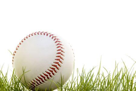 Baseball in het gras geïsoleerd op een witte achtergrond  Stockfoto