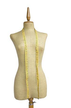 Taylor mannequin avec ruban à mesurer isolé sur fond blanc
