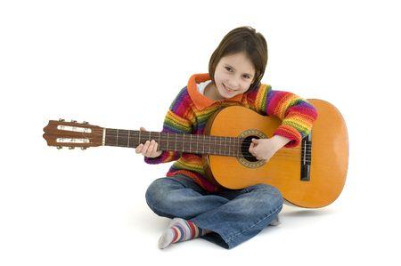 jong meisje geïsoleerd op witte akoestische gitaar spelen