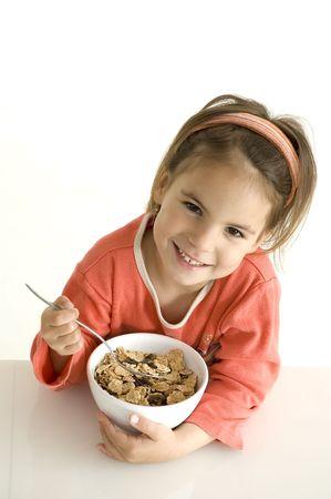 comiendo cereal: ni�a con desayuno