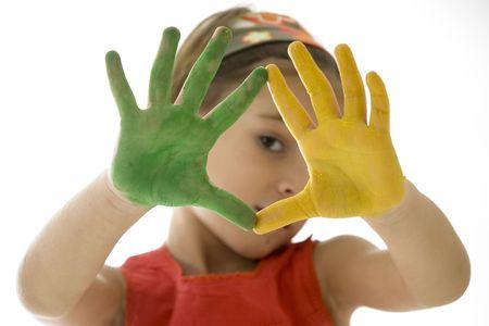 bambina con le sue mani dipinte isolato su sfondo bianco
