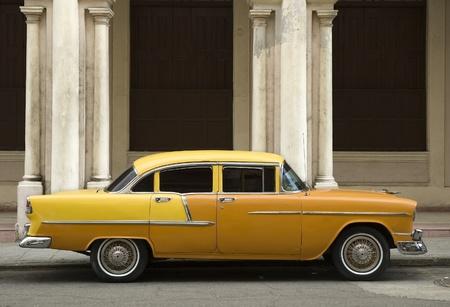 oude gele Amerikaanse auto in Oud Havana. Cuba