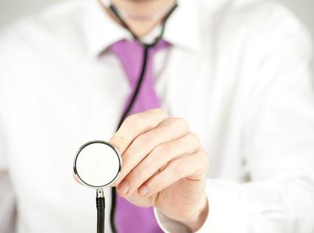 zakenman controleren met stethoscoop Stockfoto