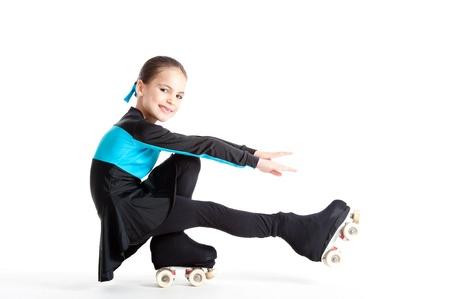 klein meisje met rolschaatsen geïsoleerd op een witte achtergrond