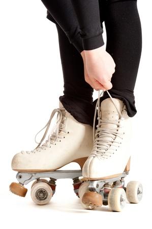 patinando: chica con patines aisladas sobre fondo blanco
