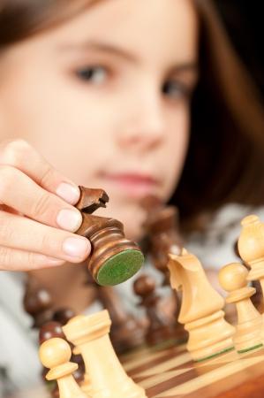 jugando ajedrez: ni�a jugando al ajedrez
