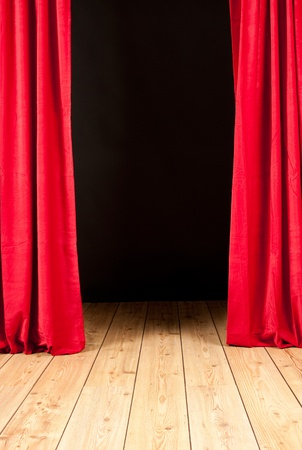 teatro palco con sipario rosso e pavimento in legno