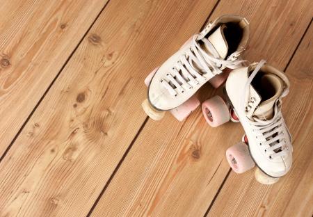 patín: patines sobre un fondo de madera