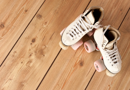 schaatsen: rolschaatsen op een houten achtergrond