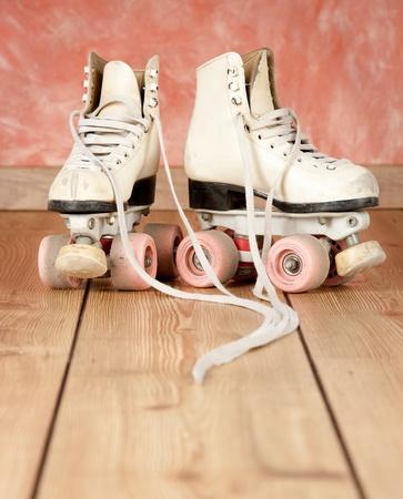 patinar: patines sobre un fondo de madera