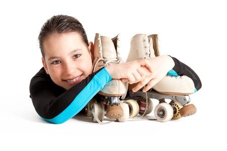 niño en patines: chica con patines de ruedas aisladas sobre fondo blanco