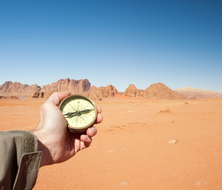 mannelijke hand houden kompas in de woestijn Stockfoto