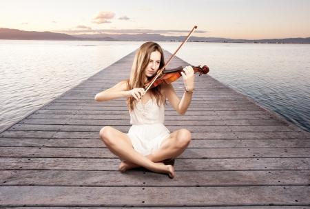 violist: meisje spelen viool op een werf
