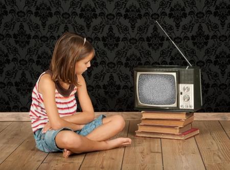 meisje kijken oud retro tv Stockfoto