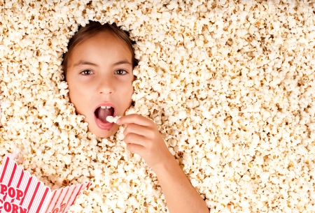 meisje begraven in popcorn