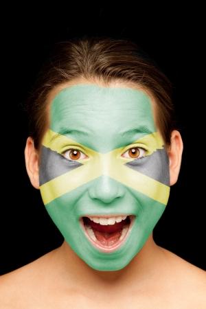 portret van meisje met Jamaicaanse vlag geschilderd op haar gezicht