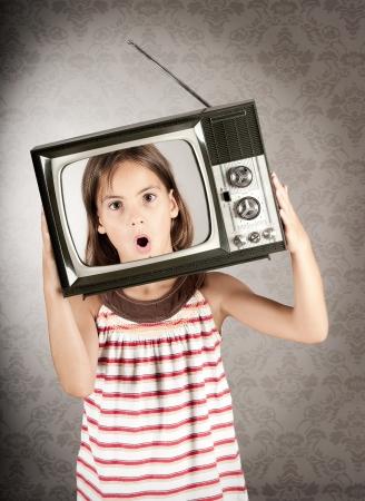 meisje met oude retro televisie op haar hoofd