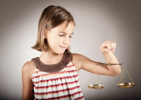 dama de la justicia: niña con justicia escala
