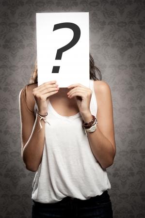 jonge vrouw met ondervraging symbool in de voorkant van haar gezicht