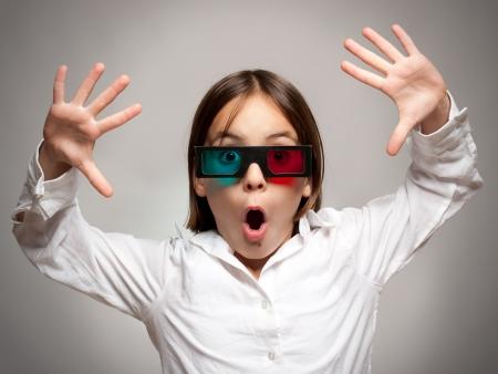 stupor: ni�a viendo la pel�cula con gafas 3d aa