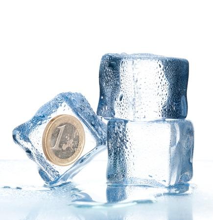 ijsblokjes met euro munt in Stockfoto
