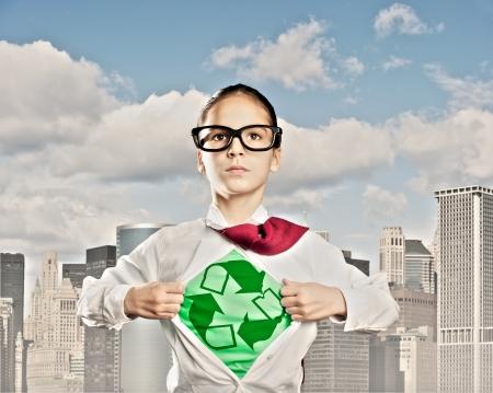ni�os reciclando: ni�a abriendo su camisa como un superh�roe Foto de archivo