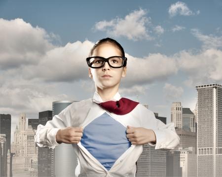 bambina aprendo la sua camicia come un supereroe