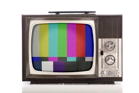 retro draagbare televisie op een witte achtergrond