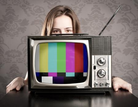 television antigua: mujer joven con vieja tv retro Foto de archivo