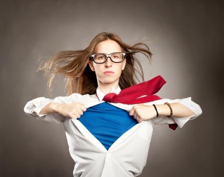 용감: 여자는 슈퍼 히어로처럼 그녀의 셔츠를 여는 스톡 사진