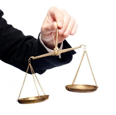 balanza en equilibrio: mano de empresario sosteniendo una balanza en el fondo blanco Foto de archivo