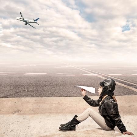 piloto: pequeño aviador en el aeropuerto Foto de archivo