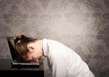 müdigkeit: Gesch�ftsfrau schl�ft auf dem Laptop Lizenzfreie Bilder