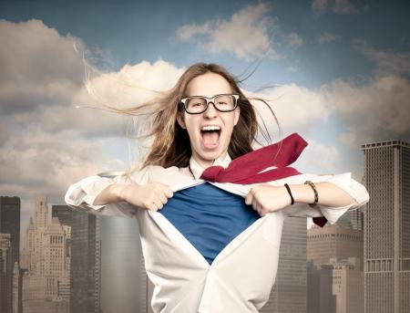 mujer abriendo su camisa como un héroe