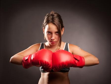 jong meisje draagt rode bokshandschoenen