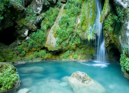 turquoise waterfall from urederra river in Navarra, Spain Stockfoto
